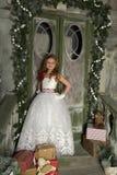 56ca7a27d00 Όμορφο ξανθό παιδί κοριτσιών σε ένα έξυπνο άσπρο φόρεμα στοκ φωτογραφίες με  δικαίωμα ελεύθερης χρήσης
