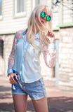 Όμορφο ξανθό πρότυπο στα δροσερά γυαλιά ηλίου Στοκ Εικόνες