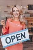 όμορφο ξανθό σημάδι εκμετάλλευσης ιδιοκτητών καφέδων ανοικτό και που χαμογελά Στοκ φωτογραφία με δικαίωμα ελεύθερης χρήσης