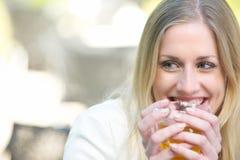 Όμορφο ξανθό τσάι κατανάλωσης κοριτσιών Στοκ Φωτογραφία
