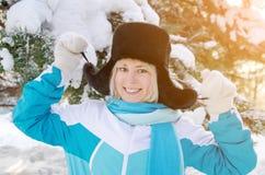 Όμορφο ξανθό χαμογελώντας κορίτσι σε ένα θερμό καπέλο γουνών υπαίθρια Στοκ εικόνες με δικαίωμα ελεύθερης χρήσης