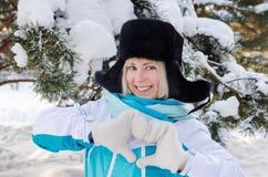 Όμορφο ξανθό χαμογελώντας κορίτσι σε ένα θερμό καπέλο γουνών Στοκ Φωτογραφία
