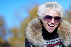 Όμορφο ξανθό χαμόγελο στη κάμερα Στοκ φωτογραφίες με δικαίωμα ελεύθερης χρήσης