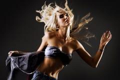 όμορφο ξανθό χορεύοντας θ&e Στοκ Εικόνες