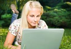 όμορφο ξανθό lap-top κοριτσιών π&omicron Στοκ εικόνα με δικαίωμα ελεύθερης χρήσης