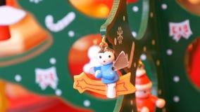 Όμορφο ξύλινο δέντρο Χριστουγέννων, με το παιχνίδι στο τέλος Ντεκόρ για το νέα έτος και τα Χριστούγεννα φιλμ μικρού μήκους
