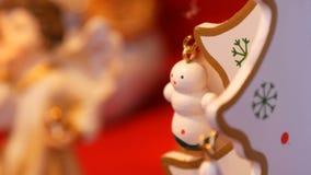 Όμορφο ξύλινο δέντρο Χριστουγέννων, με το παιχνίδι στο τέλος Ντεκόρ για το νέα έτος και τα Χριστούγεννα απόθεμα βίντεο