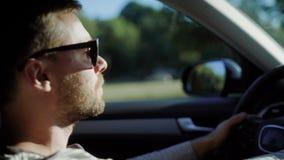 Όμορφο οδηγώντας αυτοκίνητο ατόμων απόθεμα βίντεο