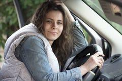 Όμορφο οδηγώντας αυτοκίνητο κοριτσιών Νέα καυκάσια γυναίκα στο κάθισμα οδηγών ` s μέσα στο αυτοκίνητο η γυναίκα κρατά το αυτοκίνη Στοκ Εικόνα