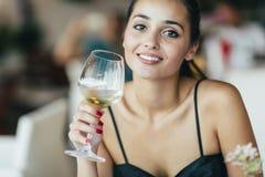 Όμορφο δοκιμάζοντας κρασί γυναικών Στοκ Εικόνες