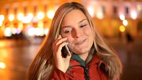 Όμορφο ομιλούν τηλέφωνο γυναικών στην πόλη απόθεμα βίντεο