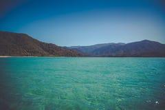 Όμορφο ονειροπόλο ωκεάνιο τοπίο με τους μαλακούς πράσινους λόφους του Abel Tasman, Νέα Ζηλανδία Στοκ εικόνα με δικαίωμα ελεύθερης χρήσης
