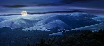 Όμορφο ορεινό υπόβαθρο τη νύχτα Στοκ Εικόνες