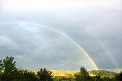 Όμορφο ουράνιο τόξο μετά από τη βροχή πέρα από τον τομέα Στοκ φωτογραφία με δικαίωμα ελεύθερης χρήσης