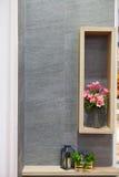 Όμορφο λουλούδι διακοσμήσεων στο βάζο και ξύλινο πλαίσιο με το μικρό τ Στοκ φωτογραφίες με δικαίωμα ελεύθερης χρήσης