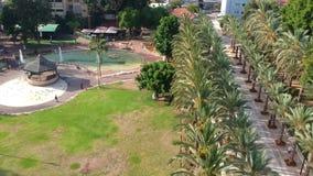 Όμορφο πάρκο με τα gazebos, τα περιστέρια και τις πηγές φιλμ μικρού μήκους