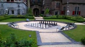 Όμορφο πάρκο με το μεγάλο πίνακα σκακιού και τα κομμάτια στοκ φωτογραφία με δικαίωμα ελεύθερης χρήσης