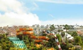 Όμορφο πάρκο νερού ή aqua με τα ζωηρόχρωμα waterslides Στοκ εικόνες με δικαίωμα ελεύθερης χρήσης