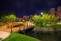 Όμορφο πάρκο πόλεων στα περίχωρα της πόλης Άποψη τη νύχτα, με το backlight, μακροχρόνια έκθεση στοκ εικόνες