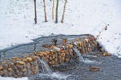 Όμορφο πάρκο πόλεων στα περίχωρα της πόλης Χειμώνας, θλιβεροί ουρανός και ισχυρή χιονόπτωση Οι πάπιες διαχειμάζουν σε ένα ξεπαγωμ στοκ φωτογραφία με δικαίωμα ελεύθερης χρήσης