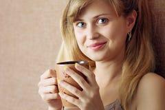 όμορφο πίνοντας κορίτσι καφέ σπορείων Στοκ φωτογραφία με δικαίωμα ελεύθερης χρήσης