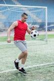 Όμορφο παίζοντας ποδόσφαιρο ατόμων στο στάδιο στοκ εικόνες