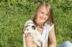 Όμορφο παιχνίδι κοριτσιών με το σκυλί στοκ φωτογραφία με δικαίωμα ελεύθερης χρήσης