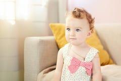 Όμορφο παιχνίδι μωρών στο δωμάτιο στοκ φωτογραφία με δικαίωμα ελεύθερης χρήσης