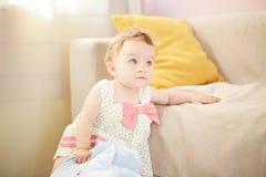 Όμορφο παιχνίδι μωρών στο δωμάτιο στοκ φωτογραφίες