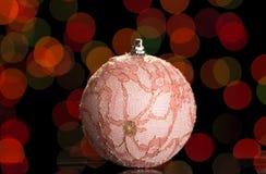 Όμορφο παιχνίδι σφαιρών Χριστουγέννων ρόδινο, που εξωραΐζεται με τη δαντέλλα, στο σκοτεινό υπόβαθρο Στοκ φωτογραφίες με δικαίωμα ελεύθερης χρήσης