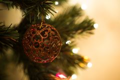 Όμορφο παιχνίδι χριστουγεννιάτικων δέντρων με τα ζωηρόχρωμα φω'τα στο υπόβαθρο Στοκ φωτογραφία με δικαίωμα ελεύθερης χρήσης