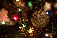 Όμορφο παιχνίδι χριστουγεννιάτικων δέντρων με τα ζωηρόχρωμα φω'τα στο υπόβαθρο Στοκ Εικόνες