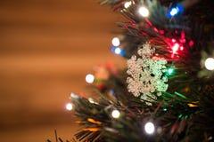 Όμορφο παιχνίδι χριστουγεννιάτικων δέντρων με τα ζωηρόχρωμα φω'τα στο υπόβαθρο Στοκ εικόνες με δικαίωμα ελεύθερης χρήσης