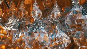 Όμορφο παιχνίδι χριστουγεννιάτικων δέντρων υπό μορφή ταλαντεύσεων ενός κρυστάλλου αγγέλου στον αέρα Νέο έτος ` s και ντεκόρ Χριστ απόθεμα βίντεο