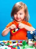 Όμορφο παιχνίδι κοριτσιών με τους φραγμούς κατασκευής Στοκ φωτογραφία με δικαίωμα ελεύθερης χρήσης