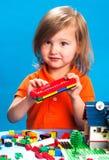Όμορφο παιχνίδι κοριτσιών με τους φραγμούς κατασκευής Στοκ εικόνα με δικαίωμα ελεύθερης χρήσης