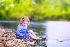 Όμορφο παιχνίδι κοριτσιών στην ακτή ποταμών Στοκ εικόνα με δικαίωμα ελεύθερης χρήσης