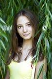 Όμορφο παιδί νέων κοριτσιών το καλοκαίρι φύλλων η σκιά του ήλιου, στηργμένος χαμόγελο Στοκ φωτογραφία με δικαίωμα ελεύθερης χρήσης