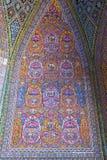Όμορφο παλαιό διακοσμημένο μωσαϊκό ζωγραφικής στον τοίχο του ρόδινου μουσουλμανικού τεμένους, Ιράν στοκ εικόνες