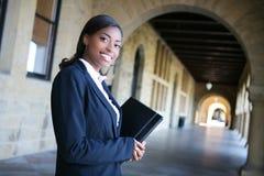 όμορφο πανεπιστήμιο σπουδαστών στοκ εικόνα με δικαίωμα ελεύθερης χρήσης