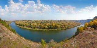 Όμορφο πανοραμικό τοπίο φθινοπώρου Ποταμός KH βουνών Tarasova Στοκ εικόνα με δικαίωμα ελεύθερης χρήσης