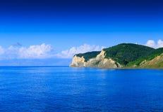 Όμορφο πανοραμικό seascape καλοκαιριού Άποψη του κρυστάλλου cle στοκ φωτογραφία με δικαίωμα ελεύθερης χρήσης