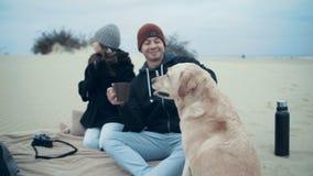Όμορφο παντρεμένο ζευγάρι με την κόρη και το σκυλί στα απορρίματα στην παραλία φιλμ μικρού μήκους