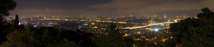Όμορφο πανόραμα νύχτας της πόλης της Ιστανμπούλ από το λόφο Camlica Στοκ εικόνα με δικαίωμα ελεύθερης χρήσης