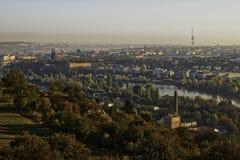 Όμορφο πανόραμα τοπίων HDR της Πράγας με το κάστρο vysehrad που λαμβάνεται από το λόφο Zvahov στοκ εικόνα