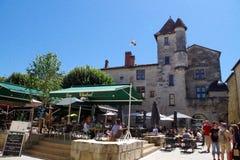 Όμορφο παραδοσιακό τετράγωνο σε μια παλαιά πόλη του νότου της Γαλλίας με τα εστιατόρια και τους φραγμούς όπου οι τουρίστες μπορού στοκ φωτογραφία με δικαίωμα ελεύθερης χρήσης