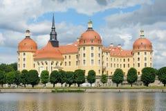 Όμορφο παλάτι Moritzburg χρόνος κοντά της Δρέσδης, Γερμανία την άνοιξη Στοκ Φωτογραφία