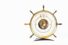 Όμορφο παλαιό βαρόμετρο Η μορφή του πηδαλίου Απομονωμένος σε ένα καθαρό άσπρο υπόβαθρο στοκ φωτογραφία με δικαίωμα ελεύθερης χρήσης