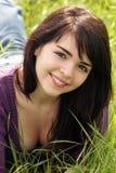 όμορφο πεδίο brunette 4 χλοώδες Στοκ εικόνα με δικαίωμα ελεύθερης χρήσης