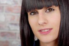 Όμορφο περιστασιακό πορτρέτο γυναικών brunette Στοκ Εικόνες